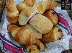 Le panier de pains au chocolat, croissants et petits pains!