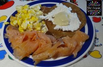Petit dej maison: oeufs brouillés, saumon fumé, pancake pois chiches / sarrasin accompagné de fromage de chèvre frais et mayonnaise