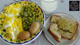 Petit dej maison: oeufs brouillés, patates à l'eau, petits pois, pain et huile d'olive, lait de riz